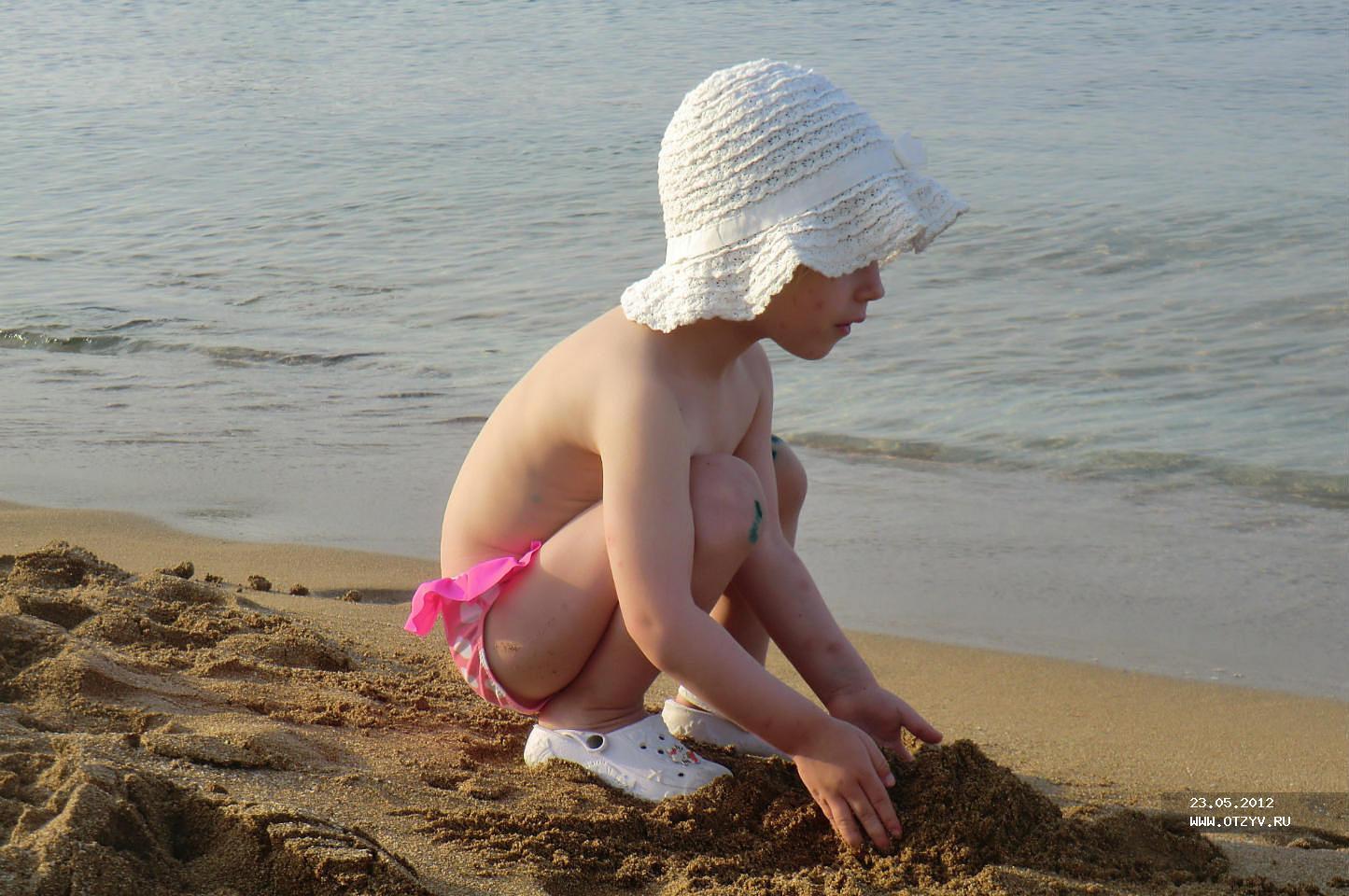 Фото девочки голышом на пляже 13 фотография