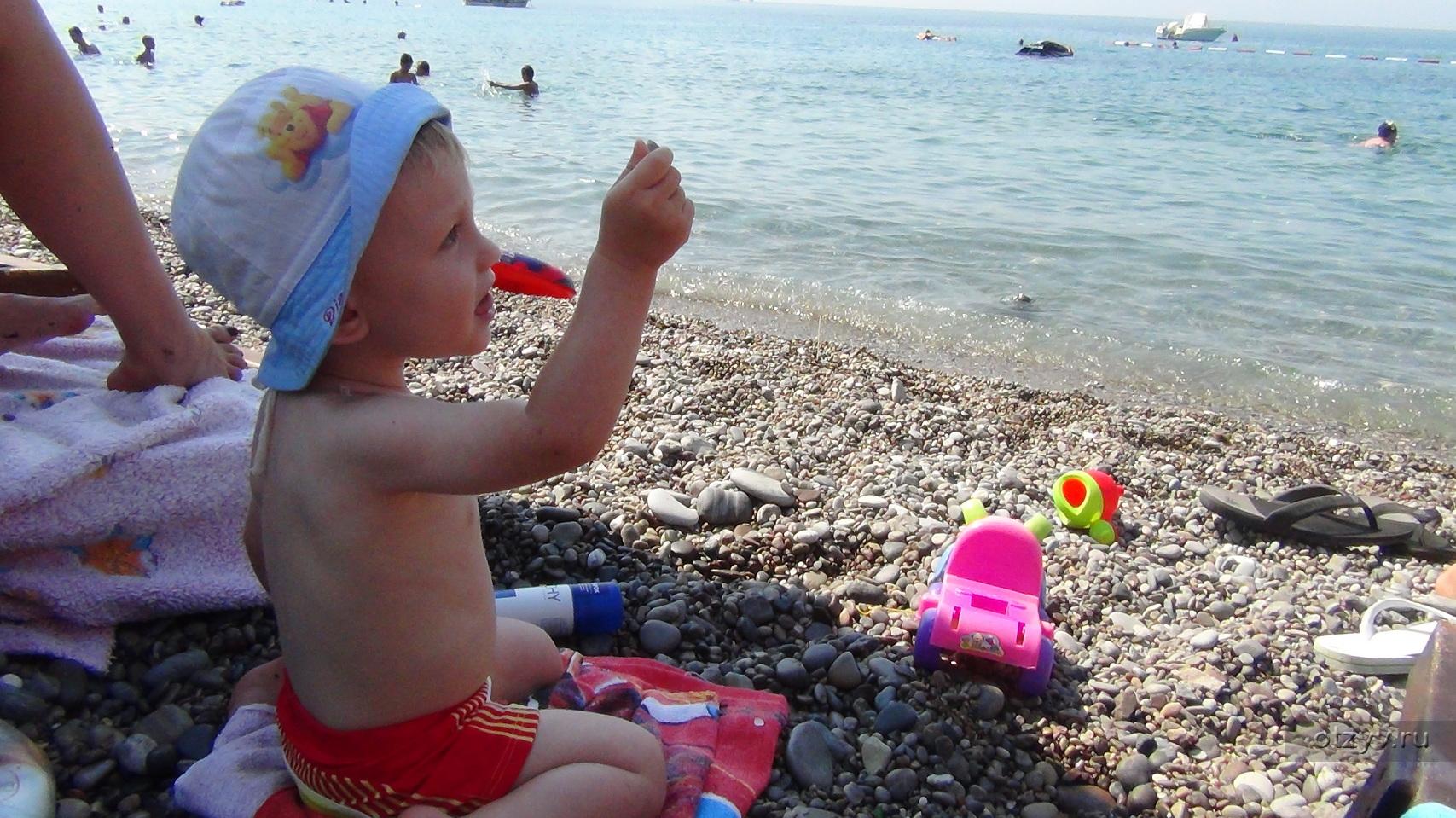 Семьи нудистов голые на пляже фото