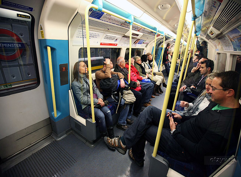 Скромная женщина и двое мужчин занимаются сексом в автобусе фото 526-861