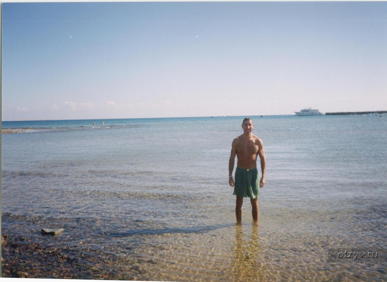 Мужик гоняет лысого на пляже #10