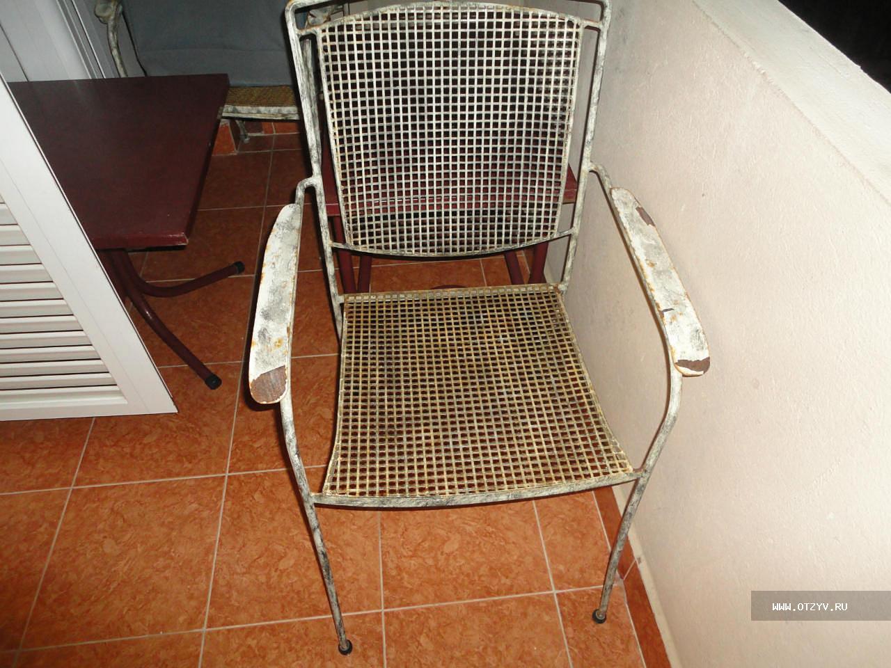 Ржавые стулья на балконе..