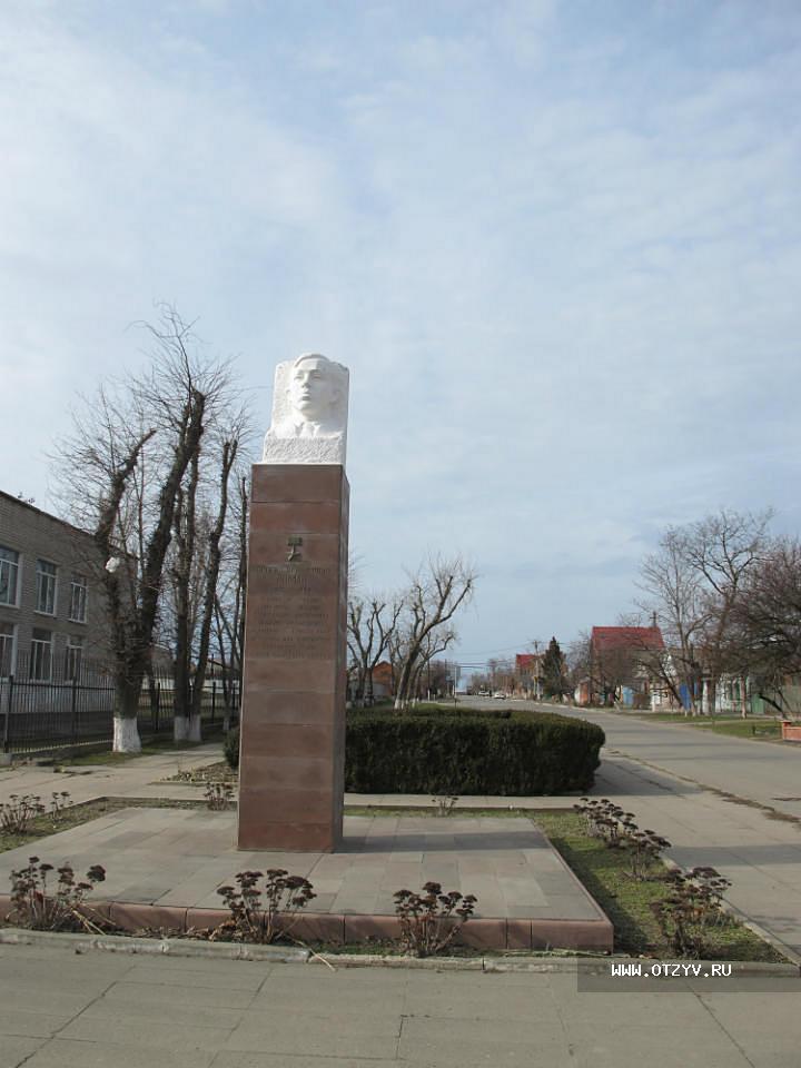 Цены на памятники в спб ейске памятники из гранита в воронеже свеча