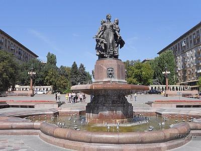 Мемориальный одиночный комплекс из двух видов гранитов Площадь Революции памятник с семейный Заозёрный